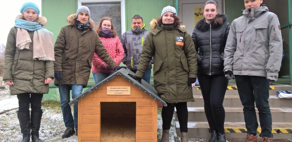 Wolontariusze SP Nr 24 z wizytą w tarnowskim azylu zwiarząt